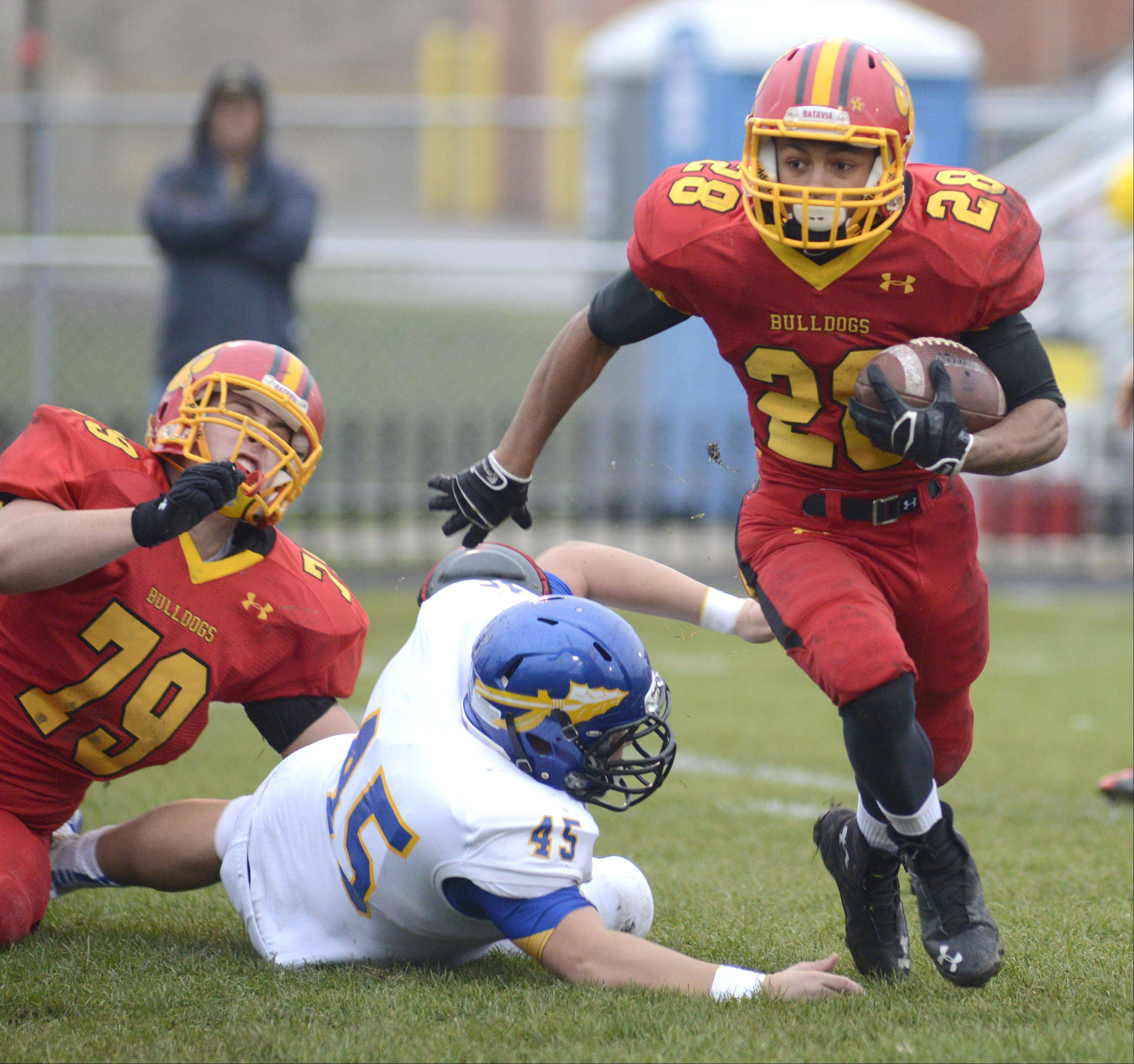 Laura Stoecker/lstoecker@dailyherald.com Batavia's Anthony Scaccia sprints from Lake Forest's John Cirame as teammate Max Heidgen takes him down in the first quarter of the Class 6A quarterfinal on Saturday, November 16.
